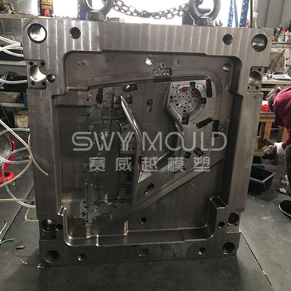 Fabricación de moldes de puertas automáticas