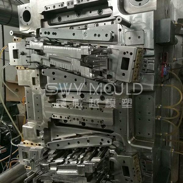 Moldeo por inyección de baja presión del pilar B de plástico automático