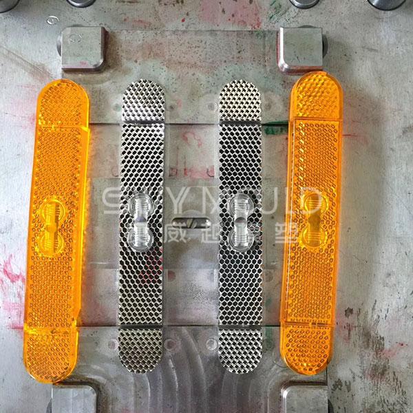 Moldeo por inyección de piezas auto reflectantes