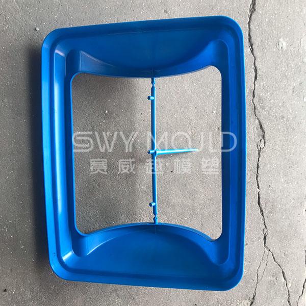 El bote de basura de plástico cubre el molde