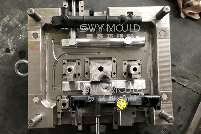 La temperatura del agua del molde plástico del tanque del radiador automático aumenta